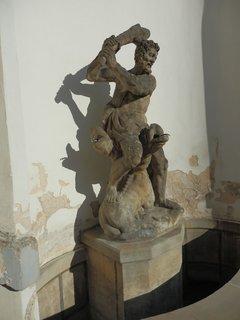FOTKA - socha Herkula zápasícího s Kerberem v zahradách pod Pražským hradem