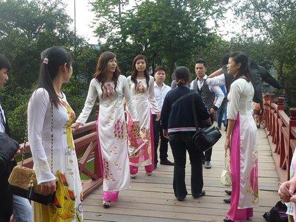FOTKA - děvčata v tradičním oděvu
