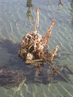 FOTKA - podivame se na to zblizka- je to spletenec zrezivelych kotev a lodnich lan