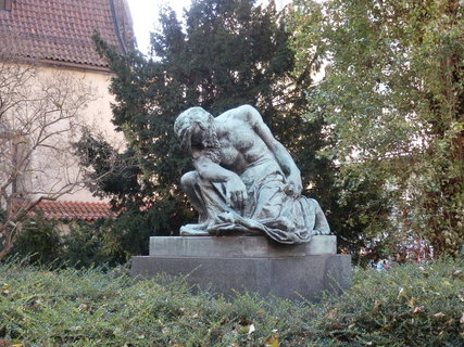 FOTKA - V blízkosti Staronové synagogy mezi ulicemi Maiselovou a Pařížskou je malý park se sochou Mojžíše od sochaře Františka Bílka