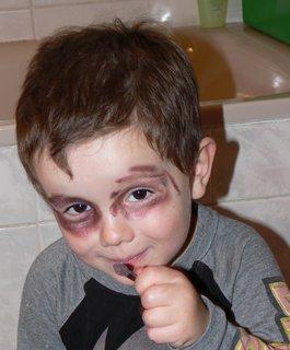 FOTKA - Tomík...šmiroval mamince ve šminkach..:)
