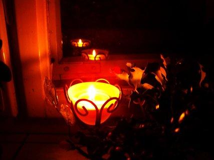 FOTKA - svíčka s kytičkou na okně na památku zesnulého pana Václava Havla