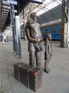 FOTKA - bronzové sousoší věnováné siru Nicholasi Wintonovi na 1. nástupišti Hlavního (Wilsonova) nádraží je dílem britské sochařky izraelského původu Flor Kentové