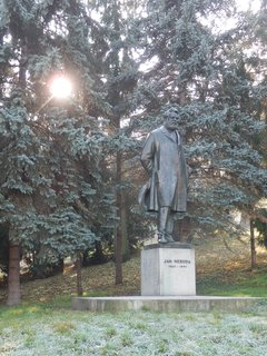 FOTKA - socha Jana Nerudy v mrazivém ránu, Praha, Petřín