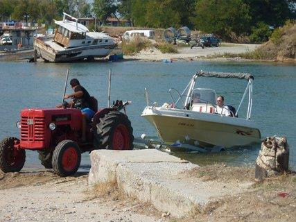 FOTKA - Traktor, který spouští loďky na moře