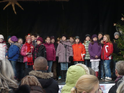FOTKA - vánoční zpívání dětí na náměstí