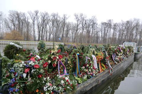 FOTKA - Loď s květinami pro Václava Havla