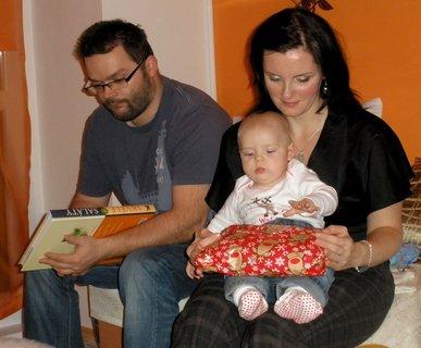 FOTKA - Rodinka rozbaluje dárky