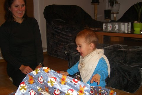 FOTKA - Maťko rozbaluje dárky