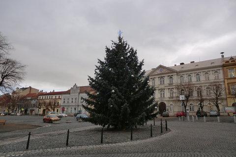 FOTKA - Podmračené odpoledne na náměstí, stále bez sněhu