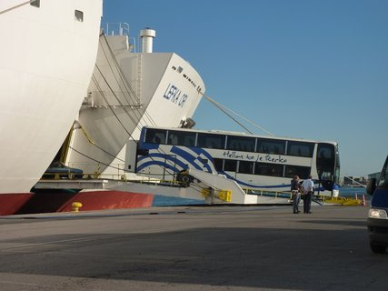 FOTKA - Náš autobus vyjíždějící z lodi