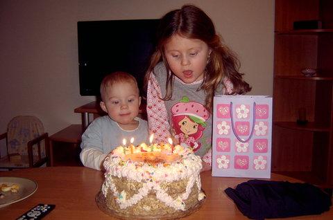 FOTKA - pomáhám sestřičce sfouknout svíčky ale spíše si foukám do nosu (O: