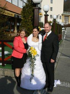 FOTKA - nevěsta se sourozenci