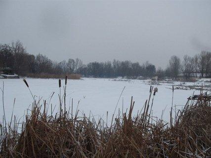 FOTKA - aj u nás už napadol sneh a zamrznutý je aj rybník