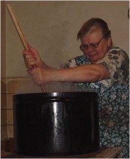 FOTKA - vaření polévky-prdelačka