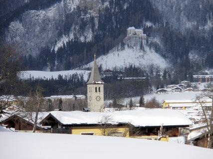 FOTKA - Věž kostela, v pozadí zámek Lichtenberg