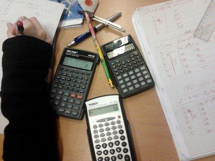 FOTKA - Trápení u matematiky (  3 kalkulačky  nestačí ) :-D