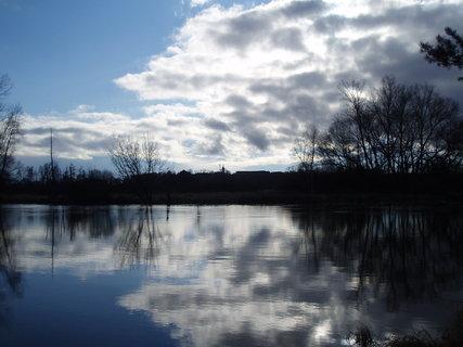 FOTKA - mraky nad řekou .