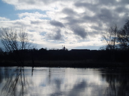FOTKA - mraky nad řekou . .