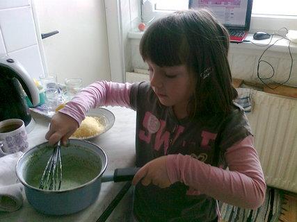 FOTKA - Pripravujeme obed - moja veľká  pomocníčka