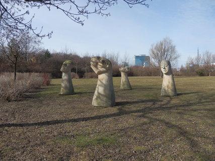 FOTKA - Ellen Jilemnická: Metamorfozy roku (pískovec) park u Chodovské tvrze