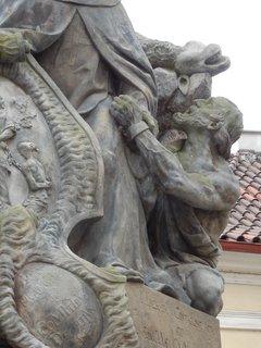 FOTKA - dokonalá sochařská práce - všimněte si svalů i žíly na ruce - sousoší na Karlově mostě