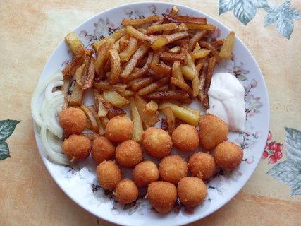 FOTKA - Sýrové kuličky s hranolkami a tatarkou