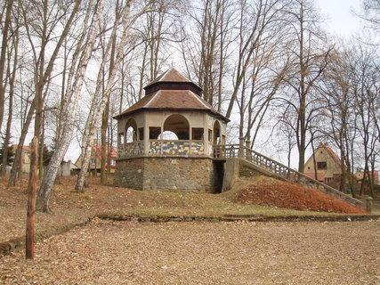 FOTKA - Altán v parku u rybníka  1