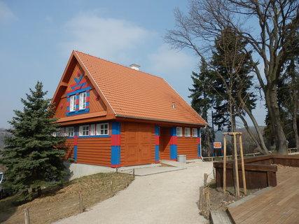 FOTKA - povodní poškozené Gočárovy domy, po rekonstrukci umístěny v severní (=bezpečné) části pražské ZOO