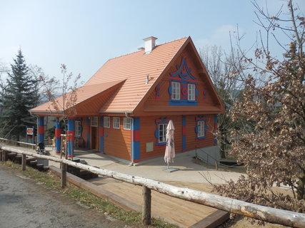 FOTKA - Dřevěné domky jsou dílem architekta Josefa Gočára. Vznikly v letech 1920−1921 jako provozní stavby pro letiště ve Kbelích. V 60. letech 20. století byly demontovány a posléze přestěhovány do pražské zoo. Nyní po rekonstrukci.
