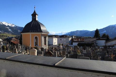 FOTKA - Pohled přes hřbitov na Kitzsteinhorn v pozadí