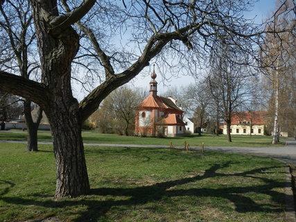 FOTKA - strom, stín a kostelíček