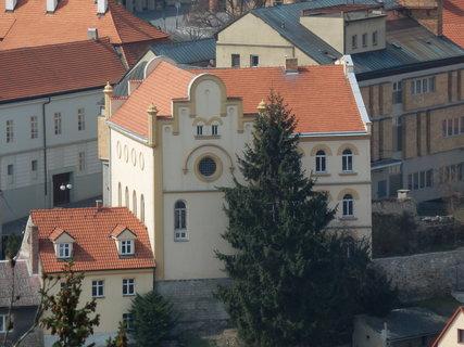 FOTKA - synagoga ve Slaném při pohledu ze Slánské hory