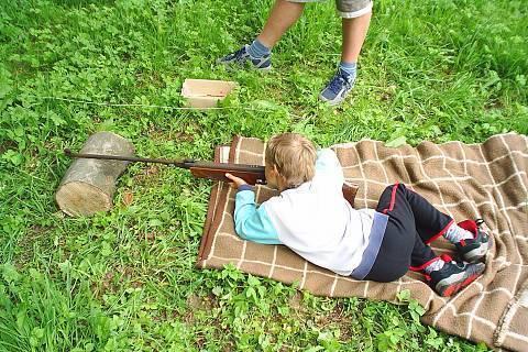 FOTKA - Den dětí střílení na kovové panáčky