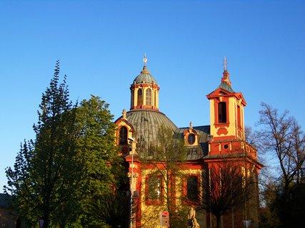 FOTKA - jaro v Kunraticích, kostel s rozkvétajícím kaštanem...