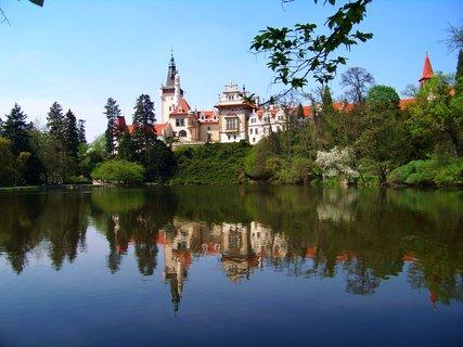 FOTKA - Průhonický zámek s odrazem v rybníku...