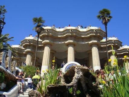 FOTKA - Park Güell je rozlehlý park s architektonickými prvky situovaný nad Barcelonou (Katalánsko, Španělsko) na svahu hory Turó del Carmel obráceném směrem k moři.