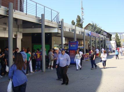 FOTKA - Před fotbalovým stadionem