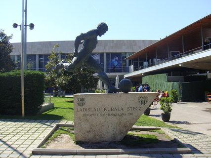FOTKA - Před Nou Campem stojí Kubalova socha