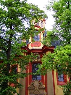 FOTKA - kostel za stromy ....