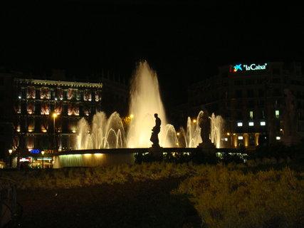 FOTKA - Krásně nasvícená  fontána.