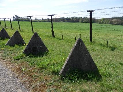 """FOTKA - zbytky tzv.""""železné opony"""" (ženijně technické zátarasy) -jediný památník tohoto druhu na území jižní Moravy"""