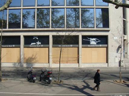 FOTKA - Bezpečnostní opatření banky před stávkou
