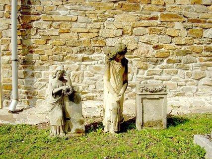 FOTKA - sošky, které mě uchvátily přde kostelem