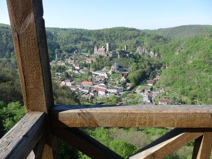 """FOTKA - Na 90 m vysokém skalisku je postaven stylový dřevěný altán, z něhož je nejenom jedinečný rozhled po širokém údolí řeky Dyje, ale rozhodně i nejkrásnější pohled """"za hranice"""" na nejmenší rakouské město Hardegg"""