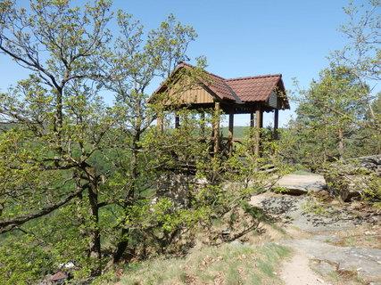 FOTKA - Altánek byl rekonstruován Rakouským klubem turistů a v roce 1990 byl jako dar předán tehdejší Správě CHKO Podyjí