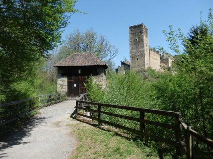 FOTKA - Východně od Merkersdorfu se nachází 800 let stará zřícenina Kaja (česky Chýje).