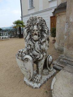 FOTKA - zámek Vranov, lev na nádvoří