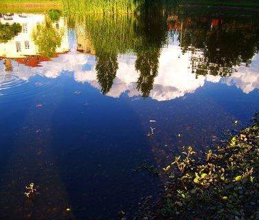 FOTKA - 17.6.2012, u rybníka, odrazy na hradině..