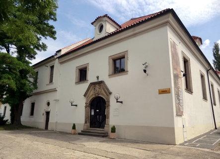 FOTKA - Galerie moderního umění je v bývalé konírně zámku
